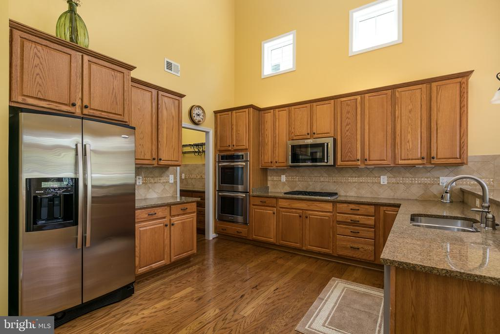 Spacious Kitchen w/Granite, Raised Panel Cabinets - 20579 CRESCENT POINTE PL, ASHBURN