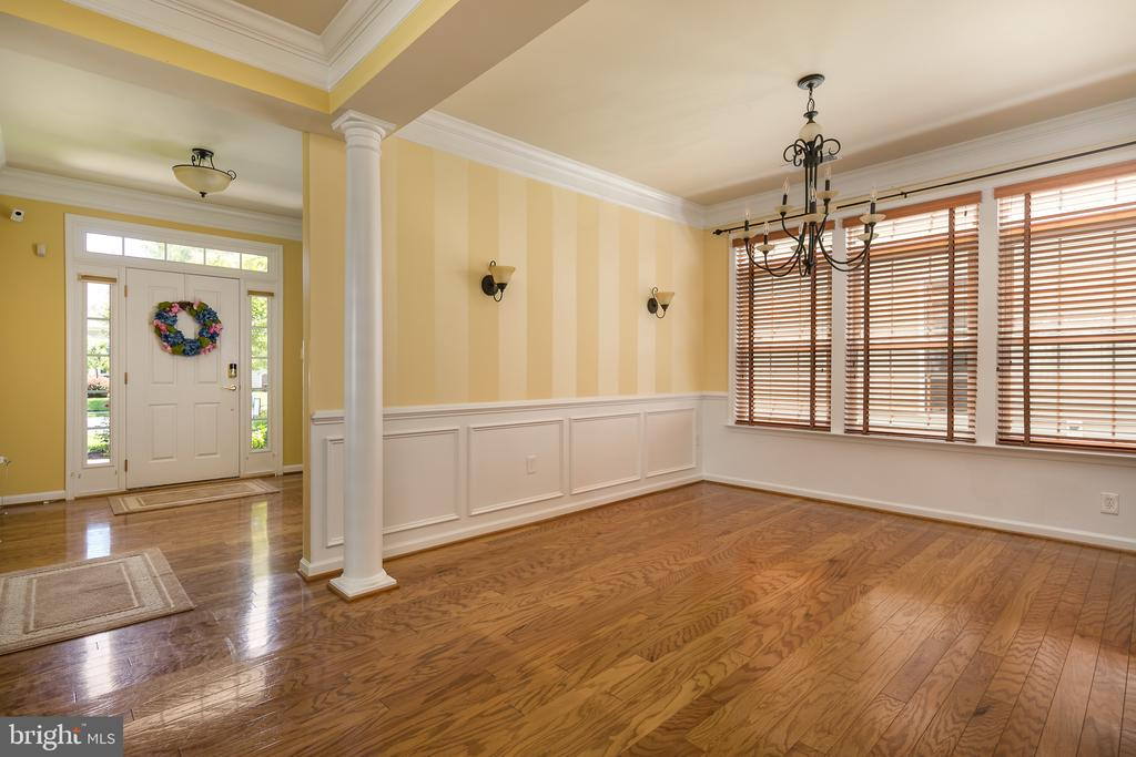 Crown Molding and Wains cotting! - 20579 CRESCENT POINTE PL, ASHBURN