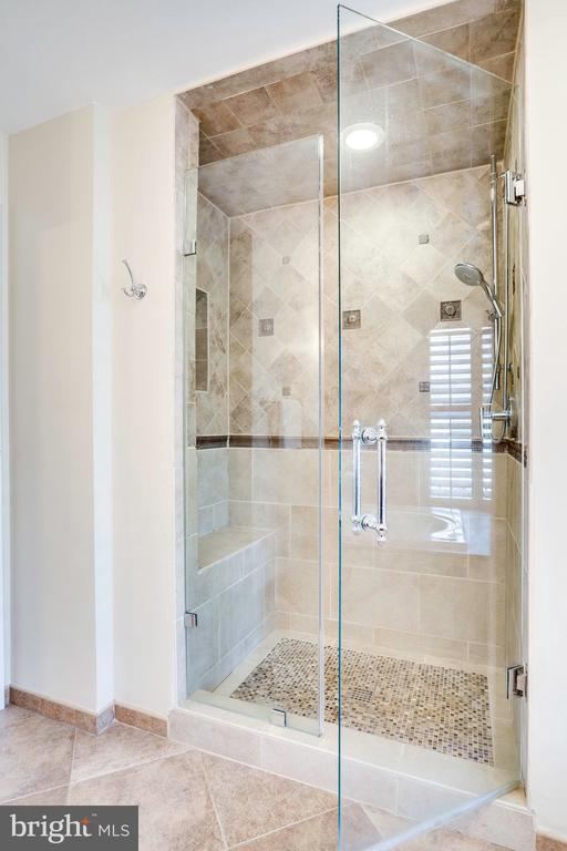 Shower with built-in bench and niches - 738 FORD'S LANDING WAY, ALEXANDRIA