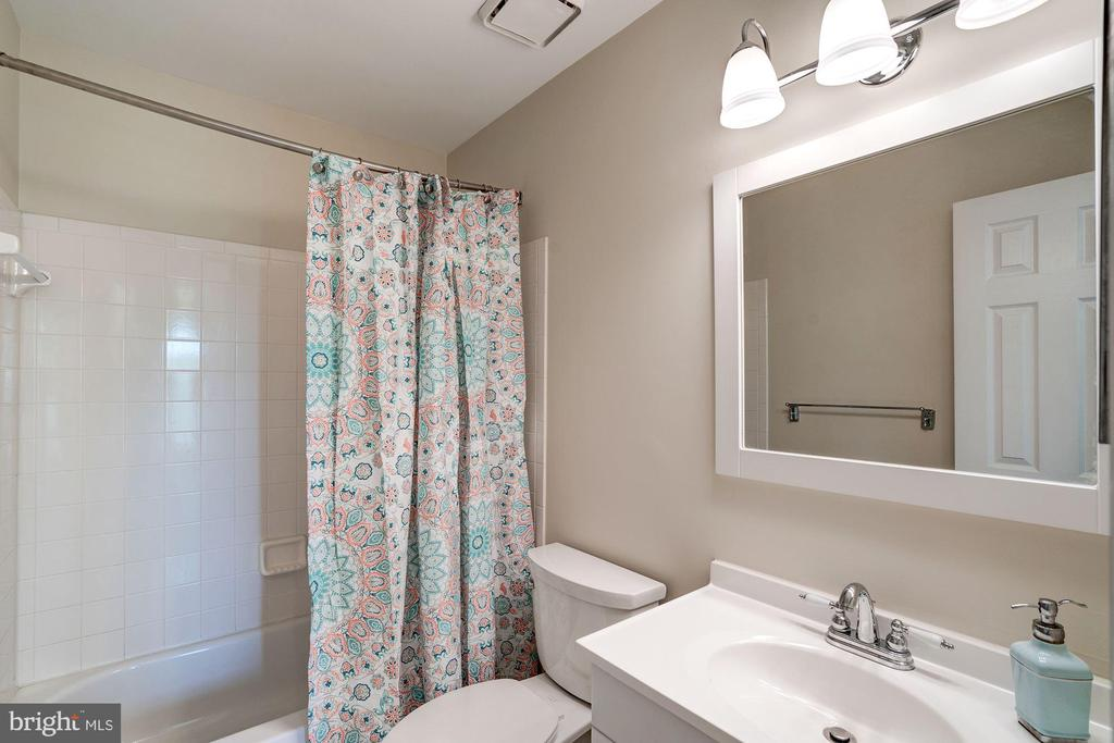 Upstairs Full Bathroom - 46758 WOODMINT TER, STERLING