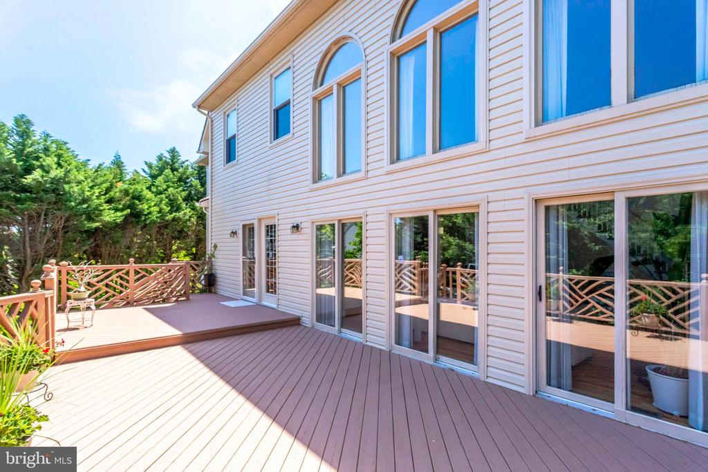 Deck spans from Great Room to Kitchen - 7900 GREENEBROOK CT, FAIRFAX STATION