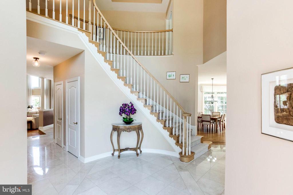 Curved Stairway - 7900 GREENEBROOK CT, FAIRFAX STATION
