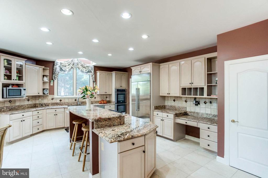 Gourmet Table Space Kitchen- Island/ Breakfast Bar - 7900 GREENEBROOK CT, FAIRFAX STATION