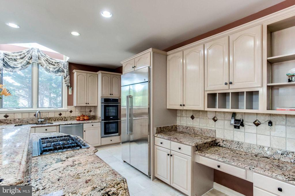 Stainless Steel Appliances & Lots of Cabinet Space - 7900 GREENEBROOK CT, FAIRFAX STATION
