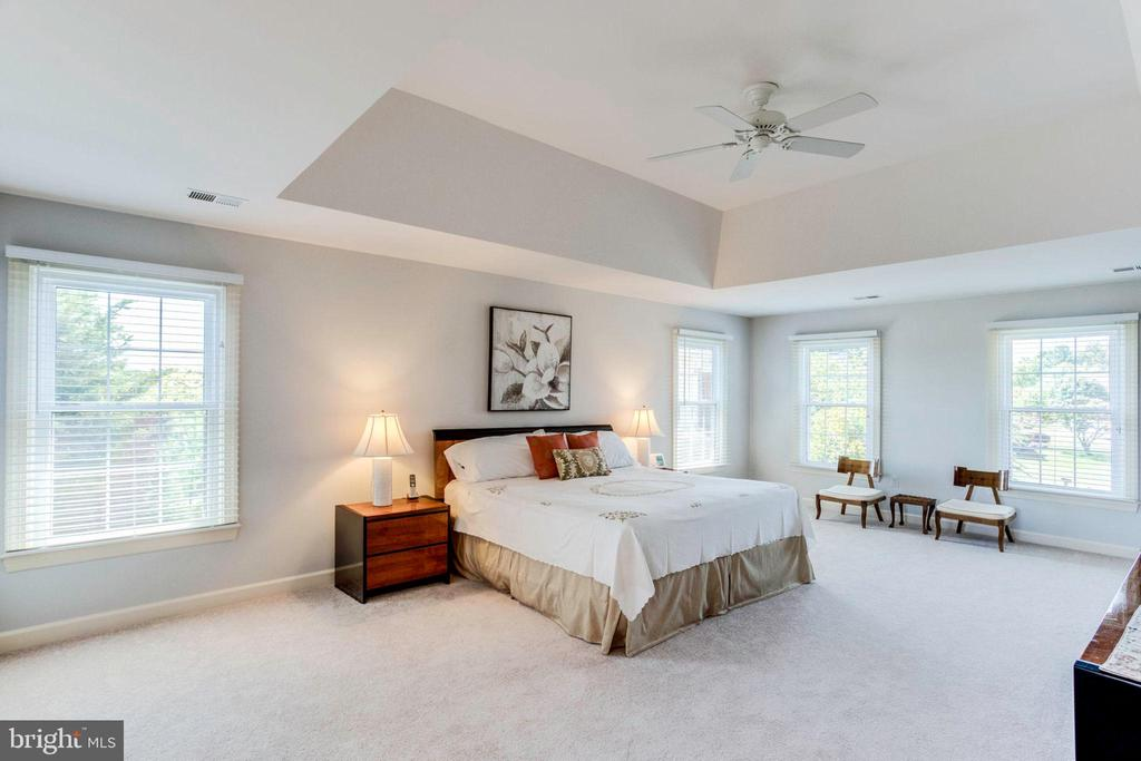 Master Bedroom with Plush Carpet and Sitting Area - 7900 GREENEBROOK CT, FAIRFAX STATION