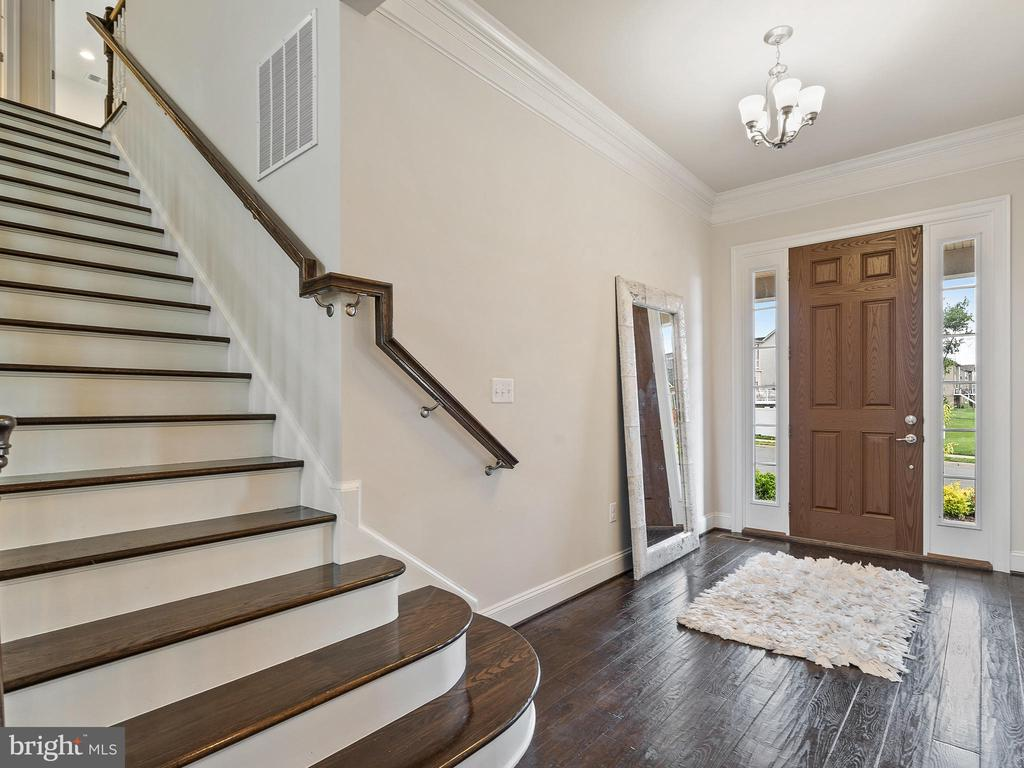 Hardwood floors in Foyer & Main Level - 42168 THORLEY PL, CHANTILLY