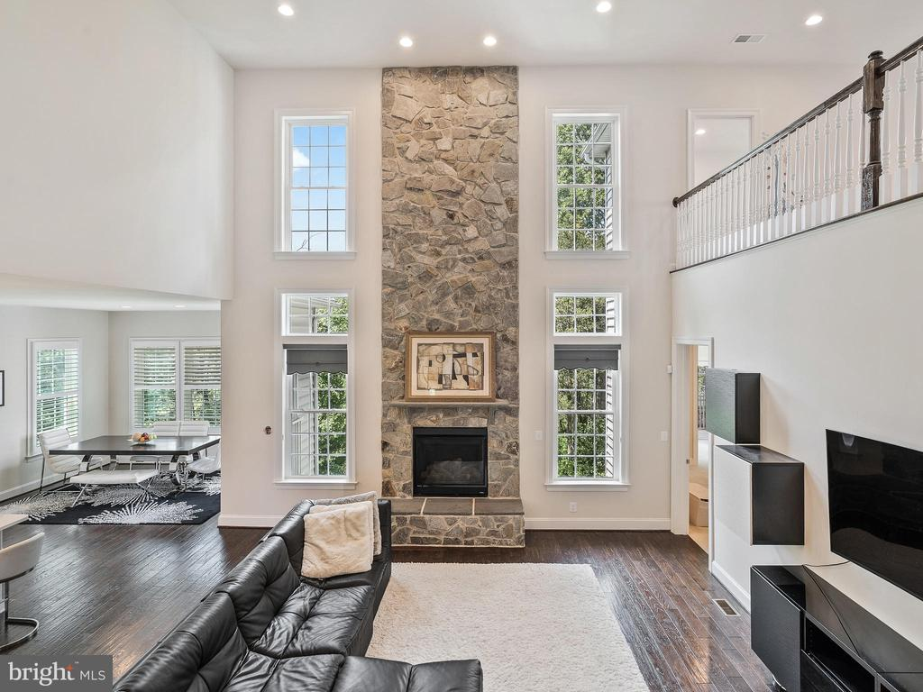 Grandiose 2 story Gas stone Fireplace - 42168 THORLEY PL, CHANTILLY