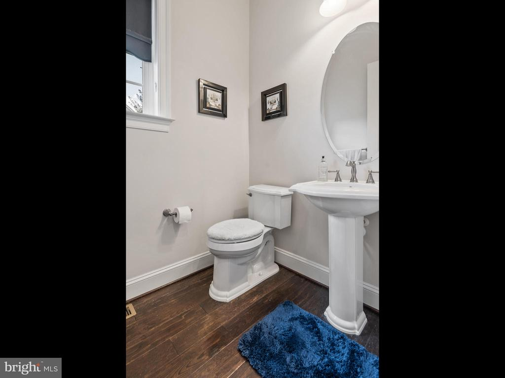 Half Bath on Main Level - 42168 THORLEY PL, CHANTILLY