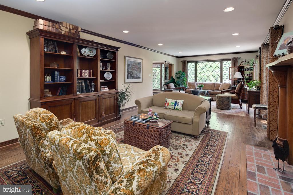Living room allows for multiple seating areas - 2821 N QUEBEC ST, ARLINGTON
