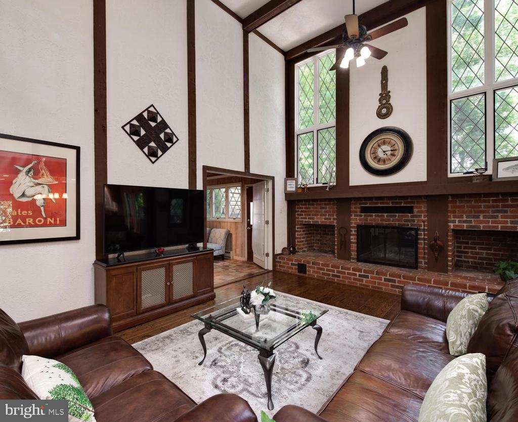 Soaring 2-story ceilings continue in great room - 2821 N QUEBEC ST, ARLINGTON