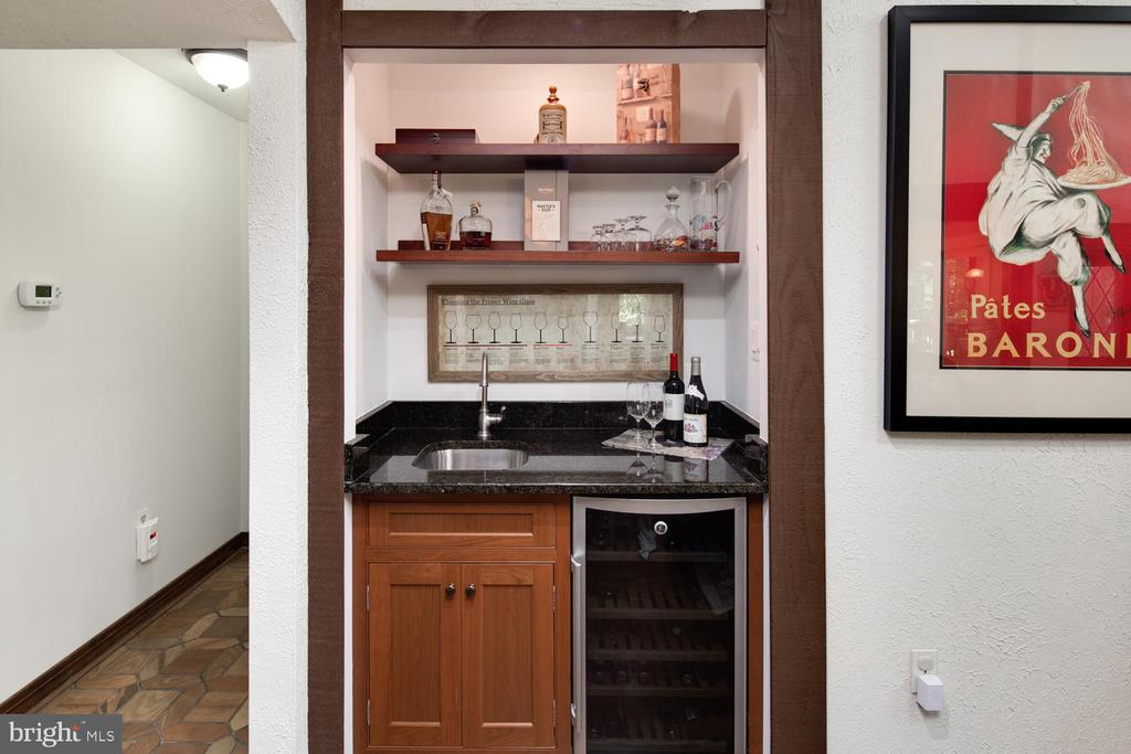 Wet bar is ideally located in the great room - 2821 N QUEBEC ST, ARLINGTON