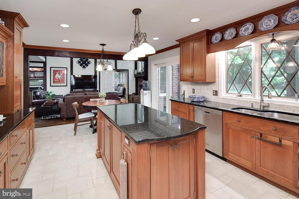 Centrally located gourmet kitchen - 2821 N QUEBEC ST, ARLINGTON
