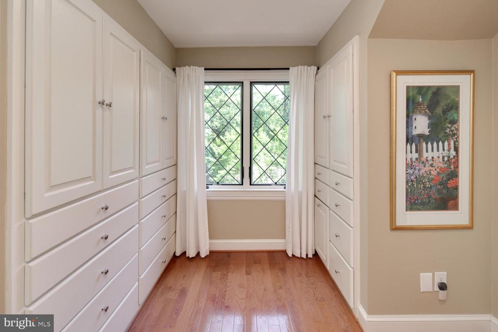 Dressing room, but there's also a walk-in closet - 2821 N QUEBEC ST, ARLINGTON