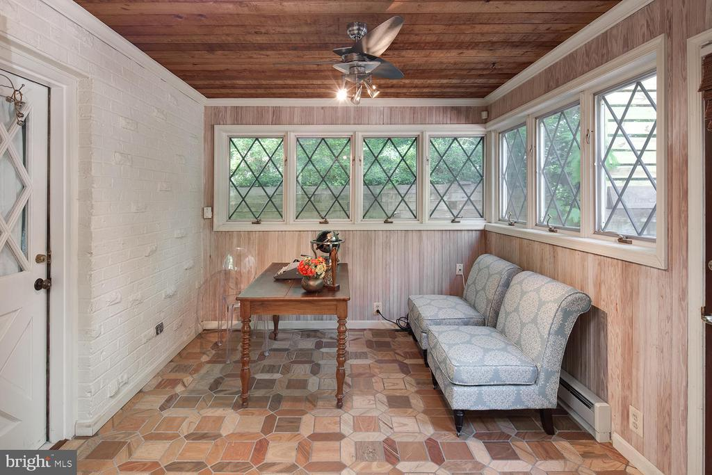 Office with views of the tranquil yard - 2821 N QUEBEC ST, ARLINGTON