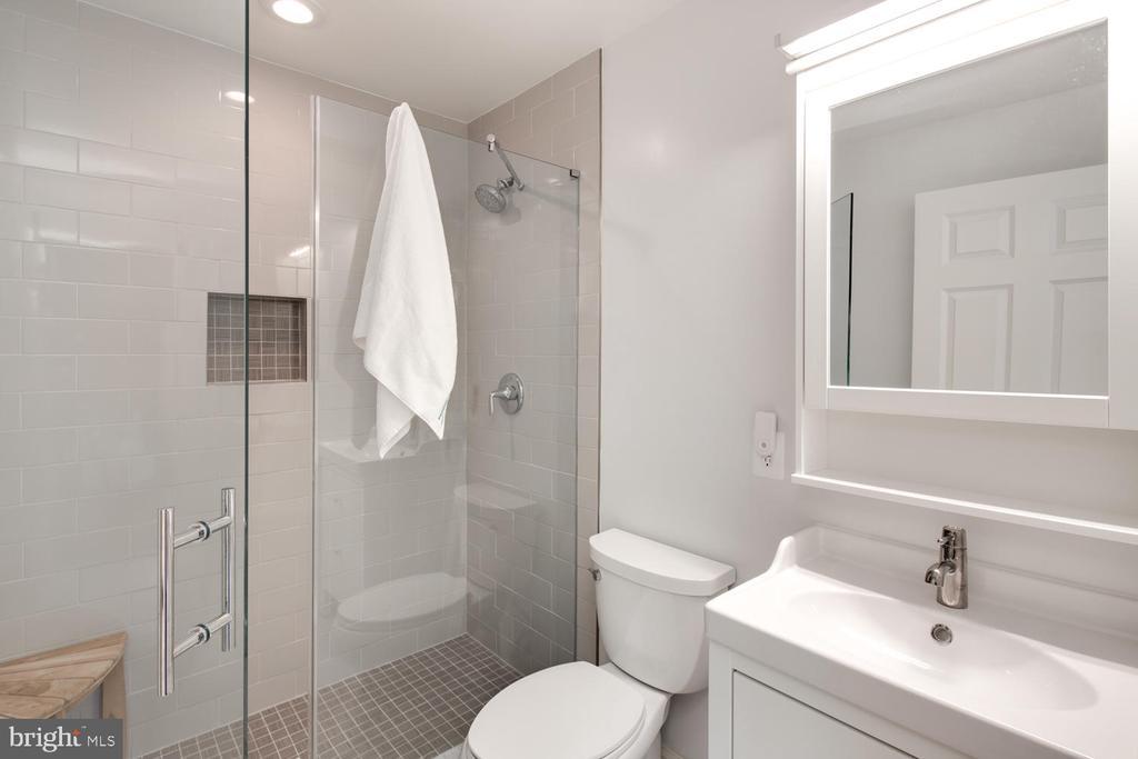 En-suite main level bathroom - 2821 N QUEBEC ST, ARLINGTON