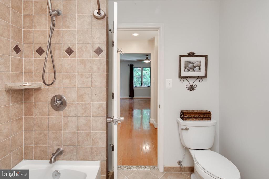 Upper level full bath for 2nd bedrooms - 2821 N QUEBEC ST, ARLINGTON