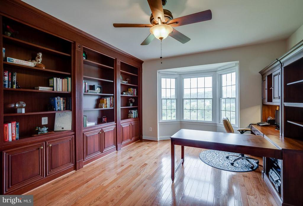 Den with gorgeous bay window and built-ins - 15052 BANKFIELD DR, WATERFORD