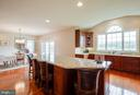 Extra large island with built-in wet bar sink - 15052 BANKFIELD DR, WATERFORD