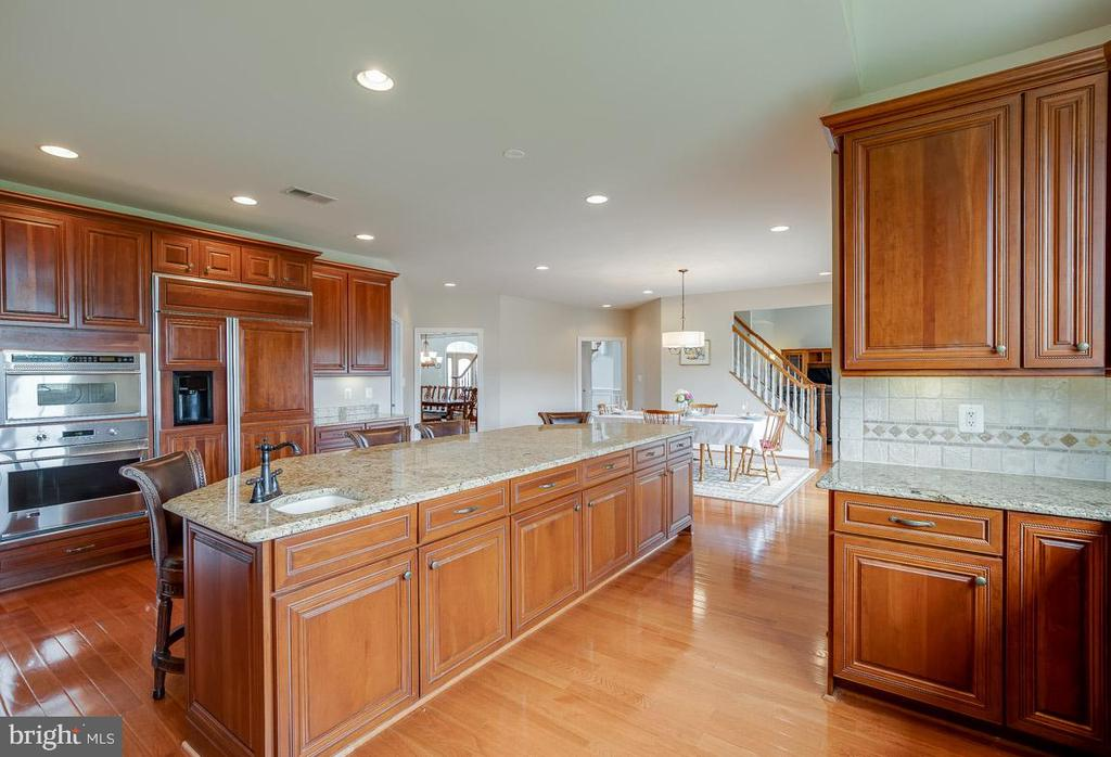 Custom cabinetry throughout with built-in drawers - 15052 BANKFIELD DR, WATERFORD