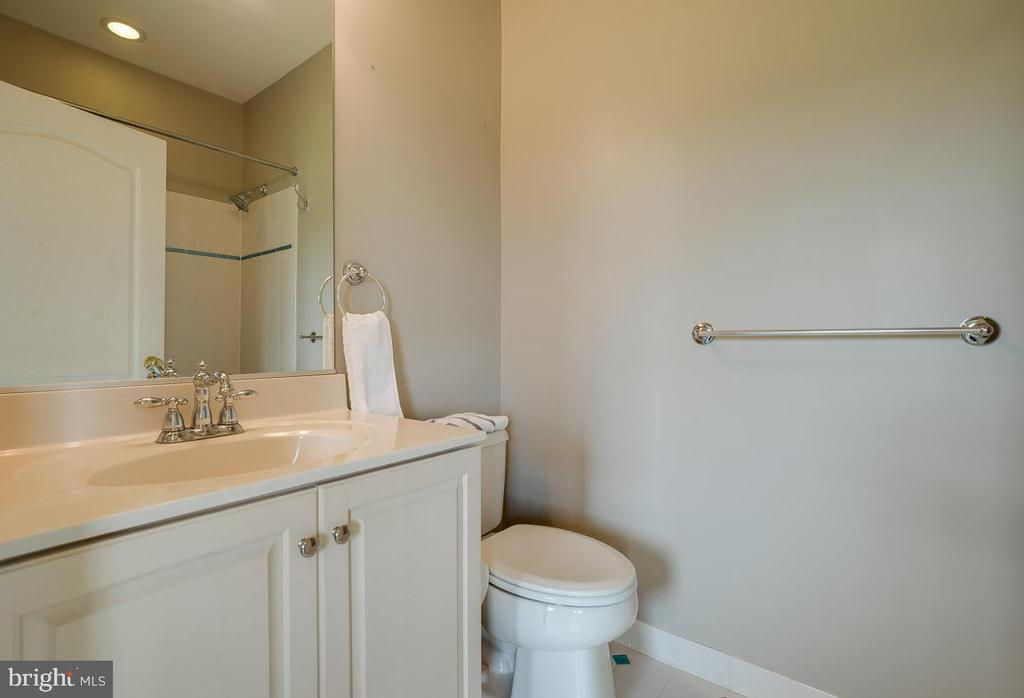 One of four en-suite bathrooms - 15052 BANKFIELD DR, WATERFORD