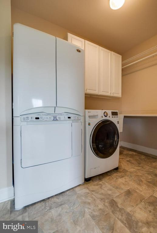 Laundry room off master with dry cleaning ability - 15052 BANKFIELD DR, WATERFORD