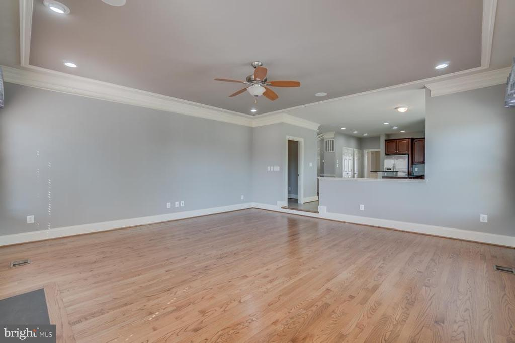 Huge living room with fireplace - 18460 KERILL RD, TRIANGLE
