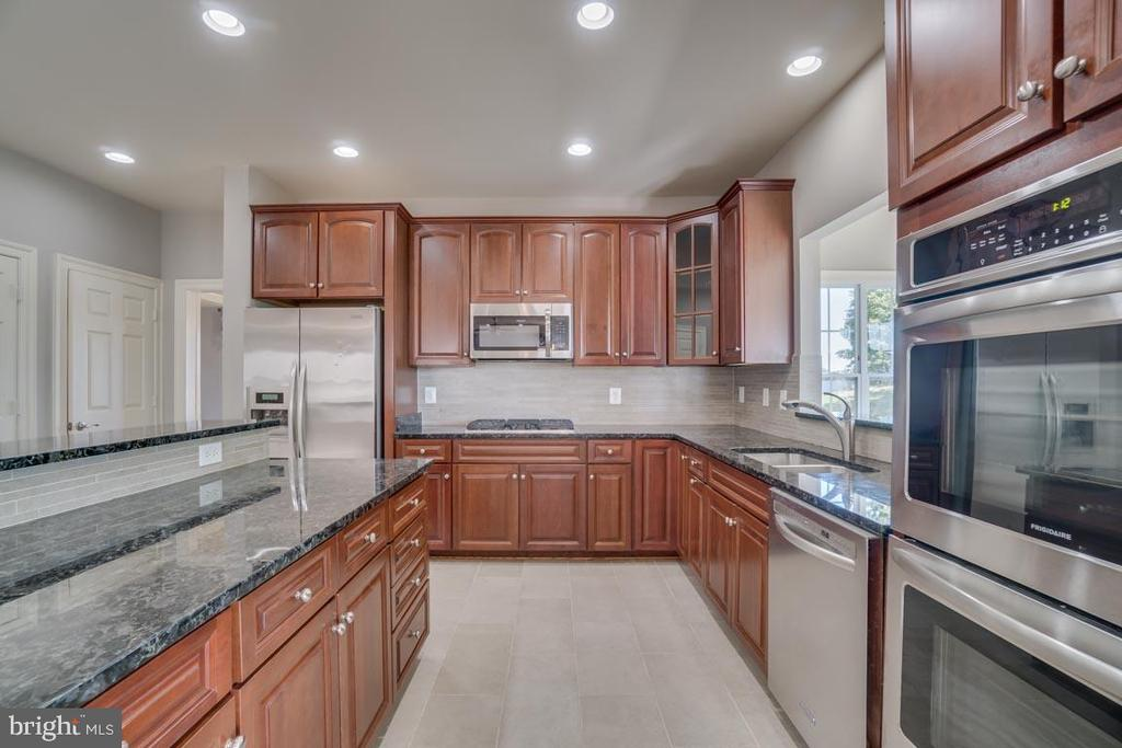 Granite counters and new wall ovens - 18460 KERILL RD, TRIANGLE
