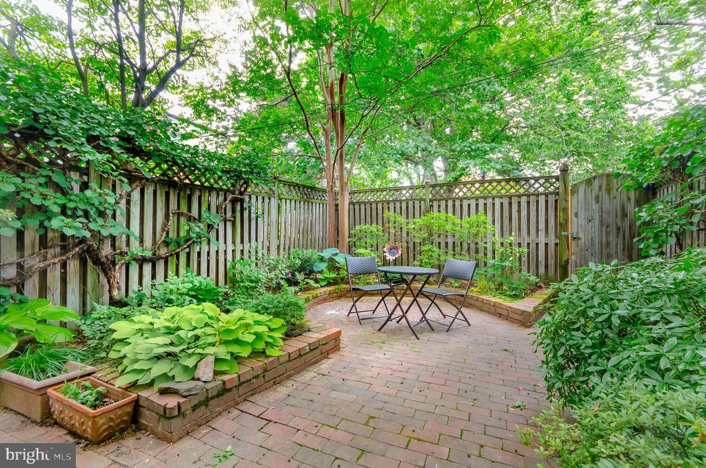 Secluded private deep yard - 708 A ST NE, WASHINGTON