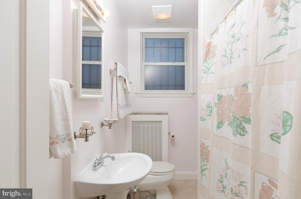 Full bath with tub/shower arrangement - 708 A ST NE, WASHINGTON