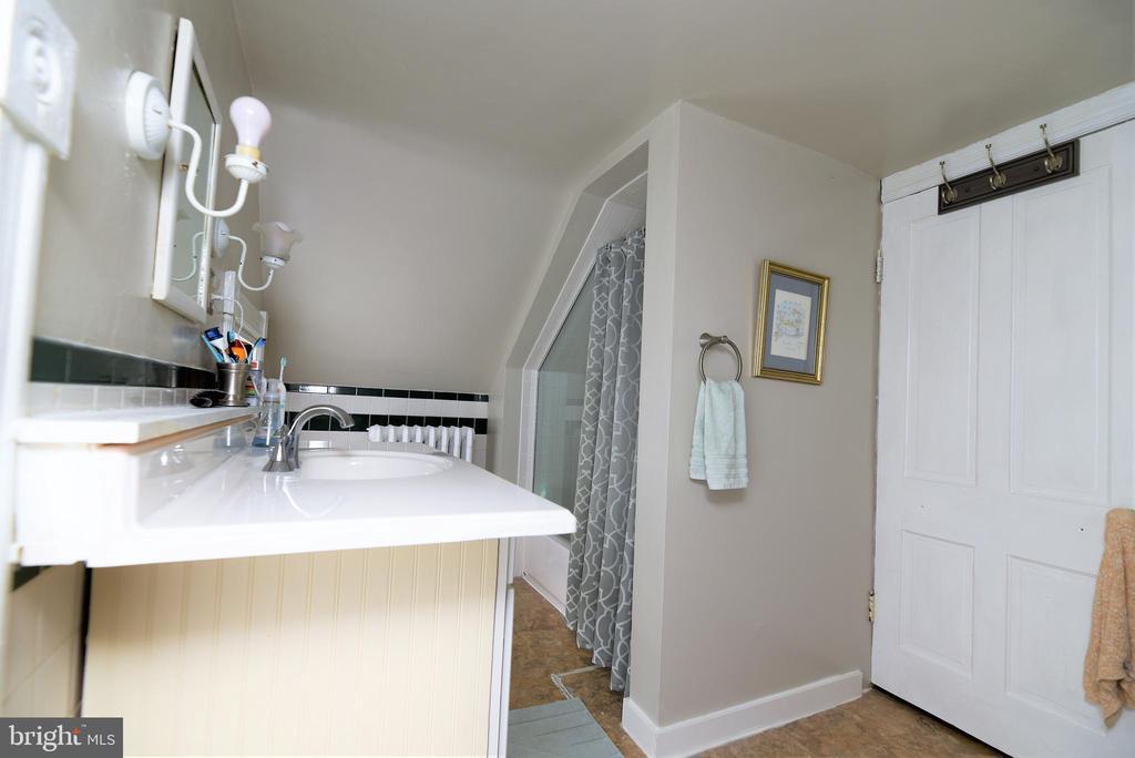 Upper-Level Full Bathroom - 765 MONROE ST, HERNDON