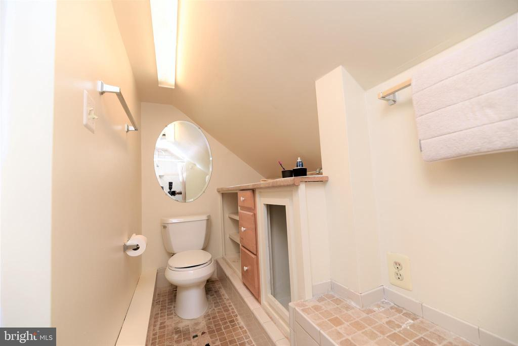 3rd Level Full Bathroom - 765 MONROE ST, HERNDON