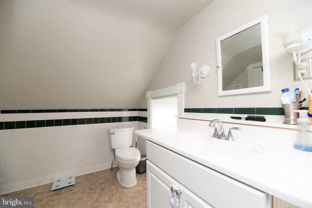 Upper- Level Full Bathroom - 765 MONROE ST, HERNDON