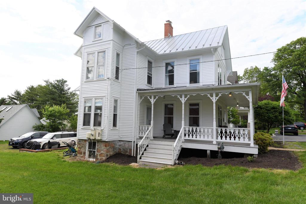 Charming Front & Side Porch - 765 MONROE ST, HERNDON