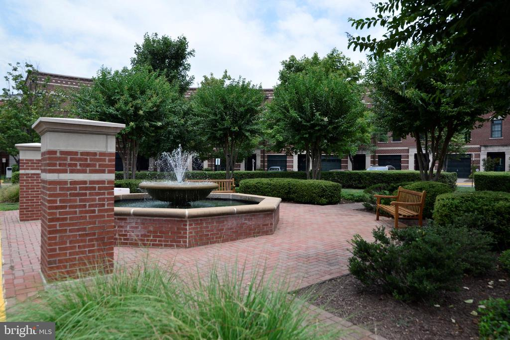 Fountain and park courtyard - 12144 CHANCERY STATION CIR, RESTON