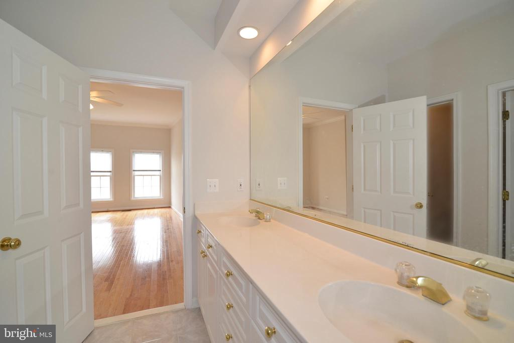 Master bath - 12144 CHANCERY STATION CIR, RESTON