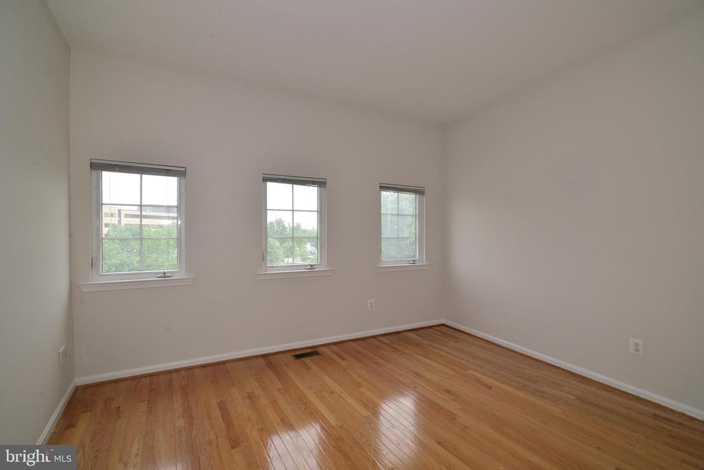 Upper level second bedroom - 12144 CHANCERY STATION CIR, RESTON