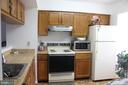 Spacious kitchen with open pass-through to LR/DR - 31 SUGARLAND SQUARE CT, STERLING