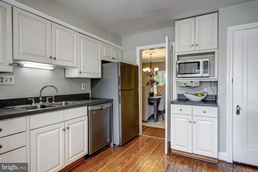 Main Level - Kitchen w/ Breakfast Area - 27 N FENWICK ST, ARLINGTON