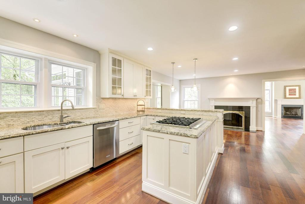 Beautiful tumbled stone back splash~white cabinets - 3856 N RIXEY ST, ARLINGTON