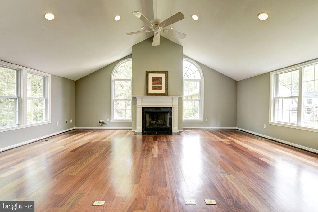 Vaulted ceiling~fabulous windows~draw family in! - 3856 N RIXEY ST, ARLINGTON