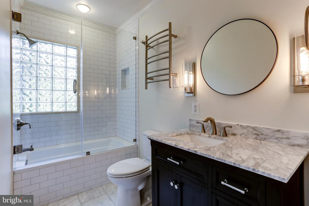 Refreshed bath w/ marble flooring and counters - 4700 RESERVOIR RD NW, WASHINGTON