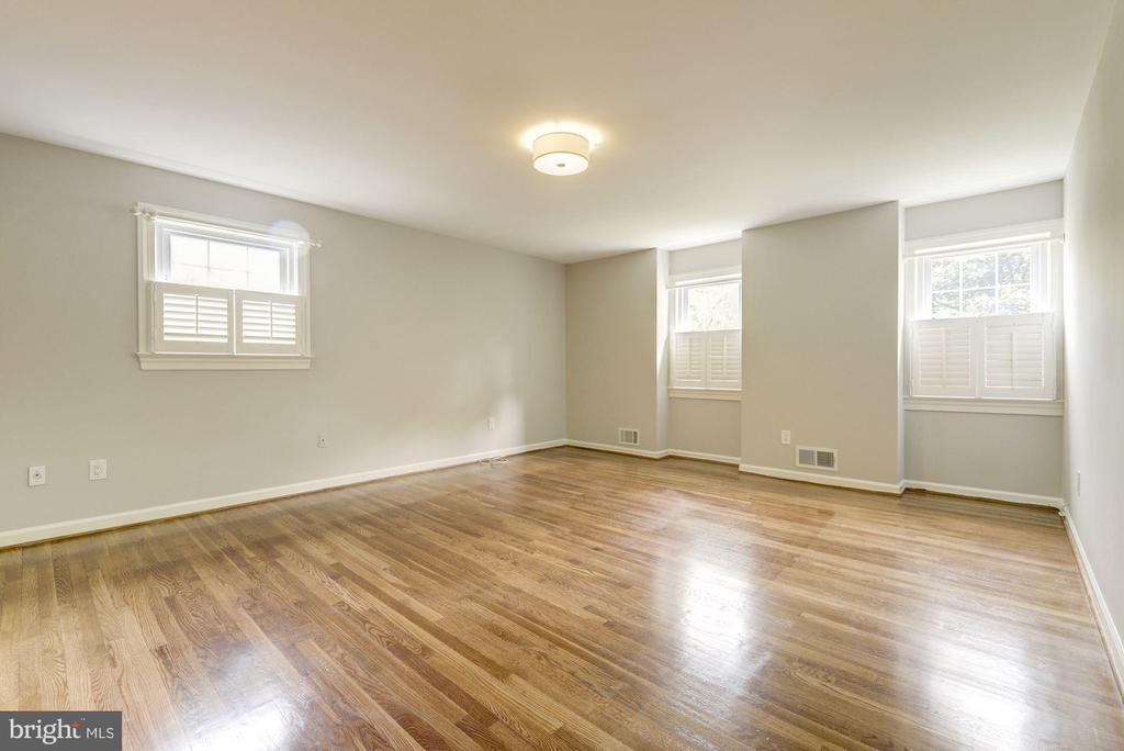 Enter large Master with hardwoods~2 windows front - 3856 N RIXEY ST, ARLINGTON