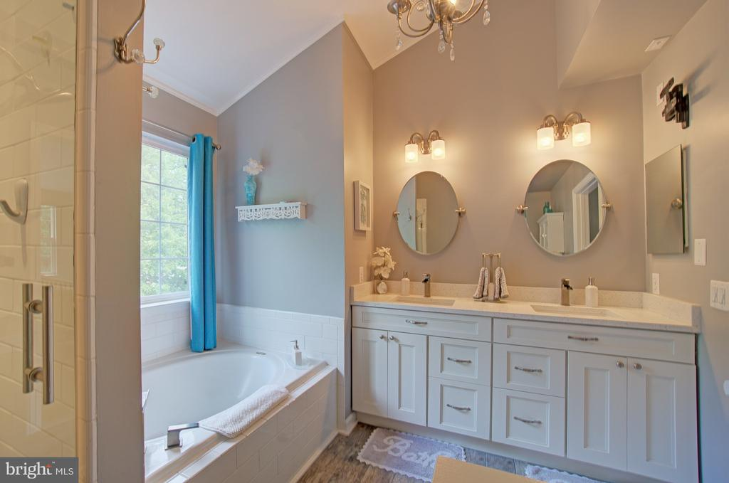 Oversized Soaking Tub and Separate Shower - 43092 STONECOTTAGE PL, ASHBURN