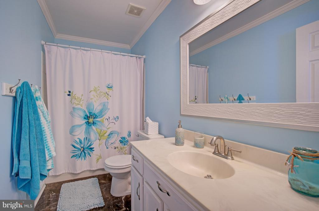 Updated 2nd Full Bathroom - 43092 STONECOTTAGE PL, ASHBURN