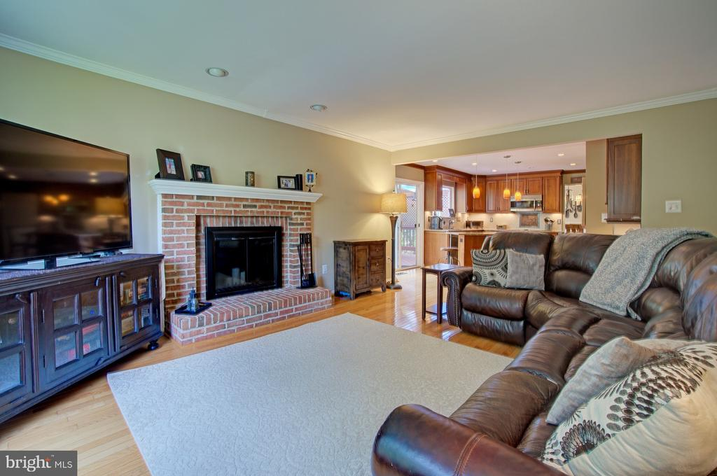 Enjoy Cozy Evenings with Your Fireplace - 43092 STONECOTTAGE PL, ASHBURN