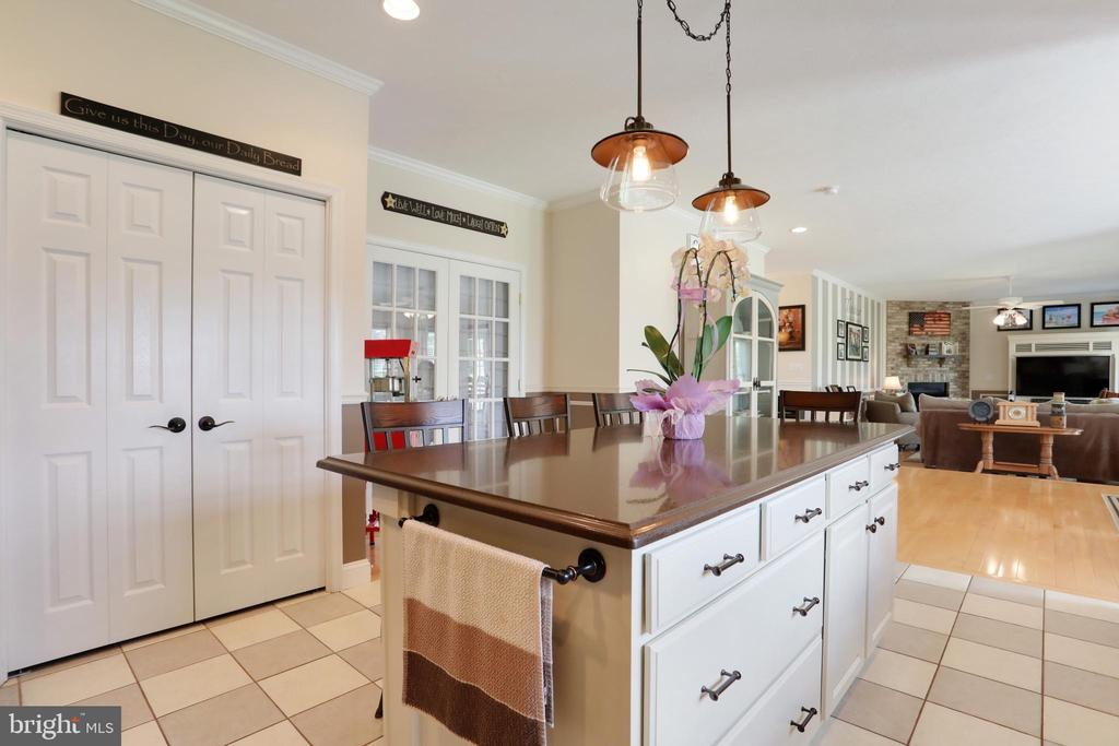 Quartz countertops and lots of cabinet space - 814 ASHBY STATION RD, FRONT ROYAL