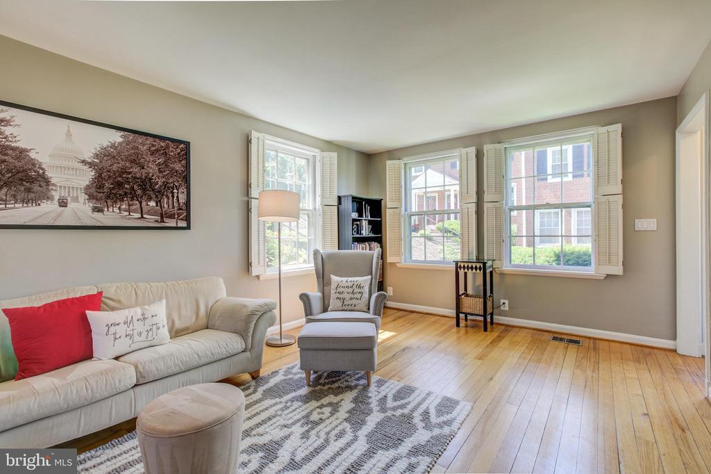 Elegant Living Room w/ Extra Window - 3232 S STAFFORD ST, ARLINGTON