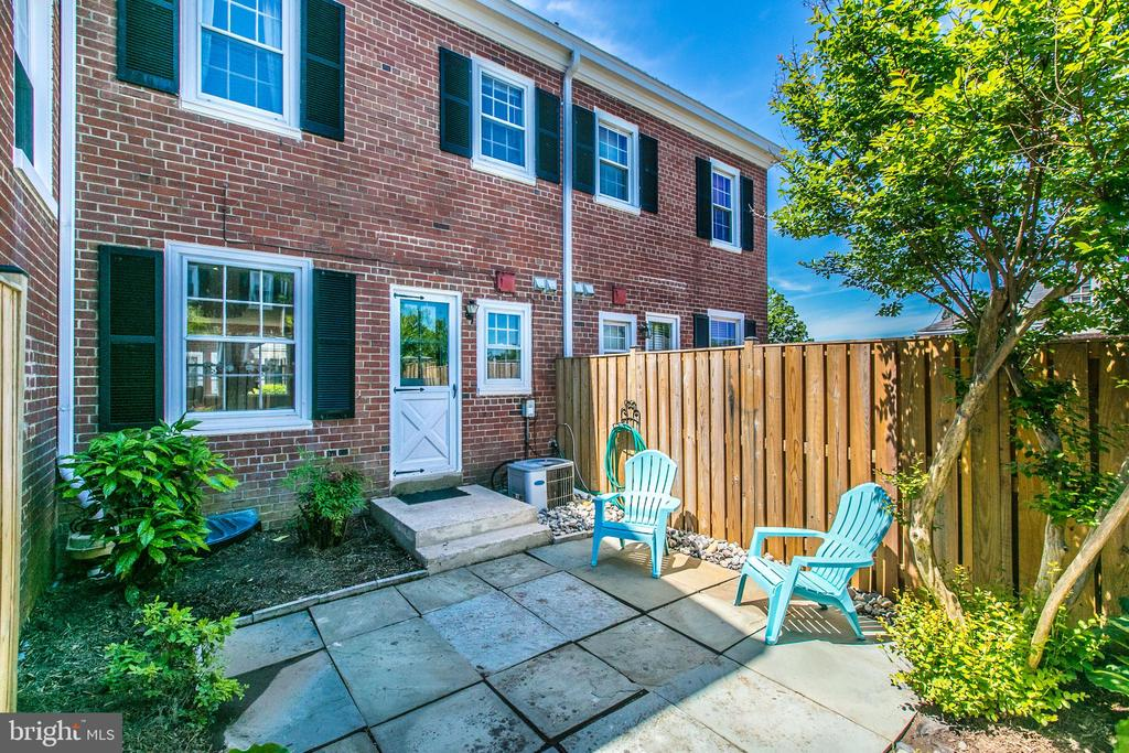 Perfect For Entertaining, Grilling or Relaxing - 3232 S STAFFORD ST, ARLINGTON