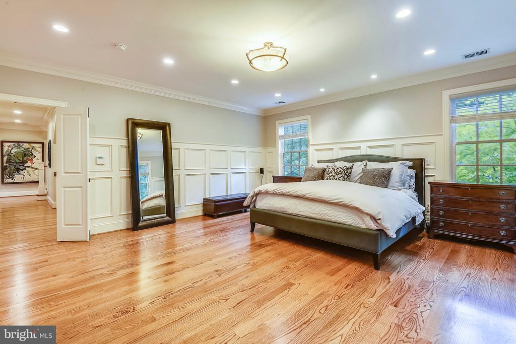 Gleaming hardwood floors throughout! - 2326 VERMONT ST N, ARLINGTON