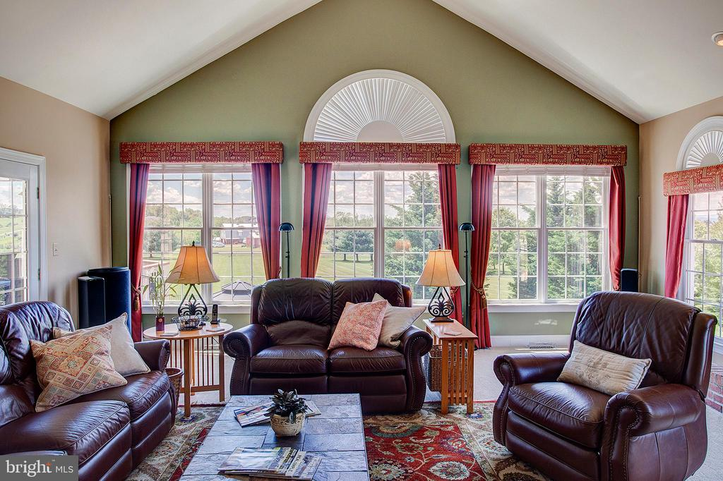 Very large family room with stunning views. - 41045 STUMPTOWN RD, WATERFORD